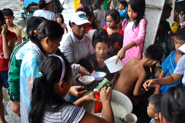 Enjoying a hot meal thanks to the rescue teams