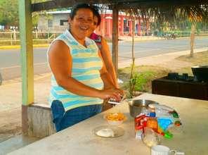 Adelaida making Empacando papitas fritas