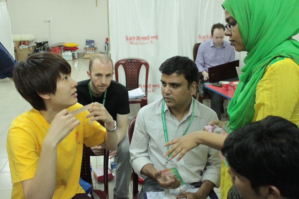 Shih-Yuan explaining bandaging techniques