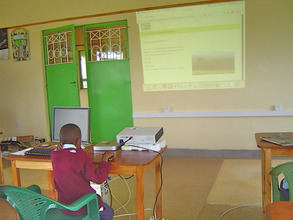 A student from Makaalu PS nevigates through lesson