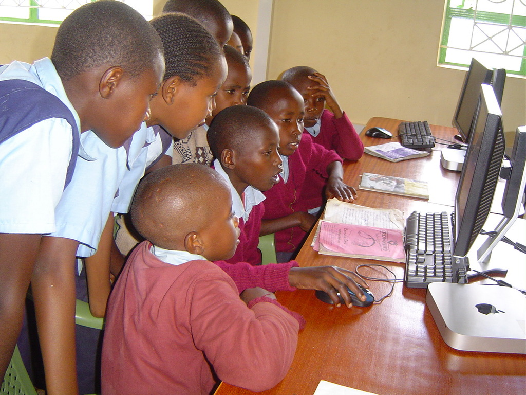 Students of Makaalu PS at e-learning class