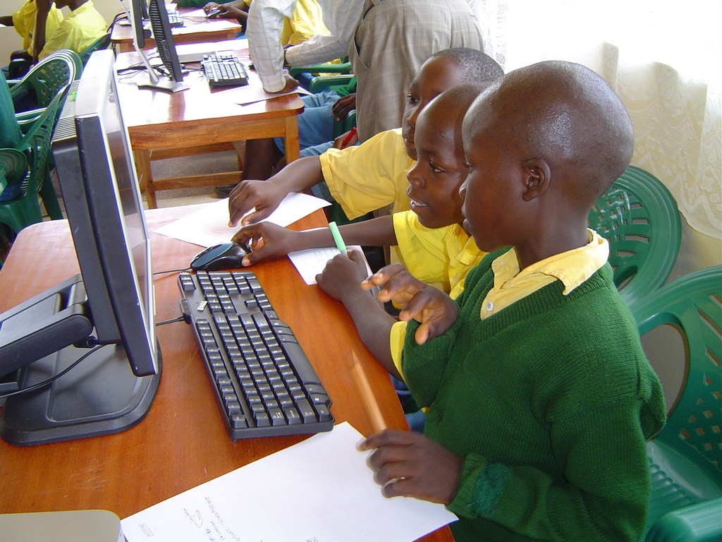Students from Kivauni PS keen working with mouse.