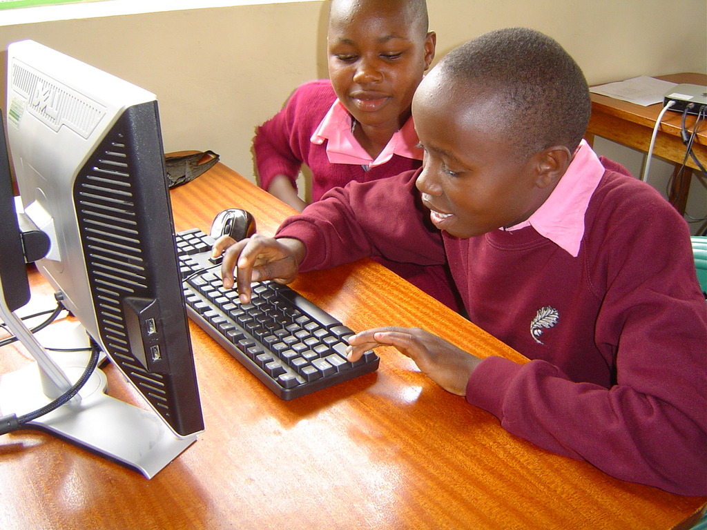 Students from Kyeengai PS trying the keyboard
