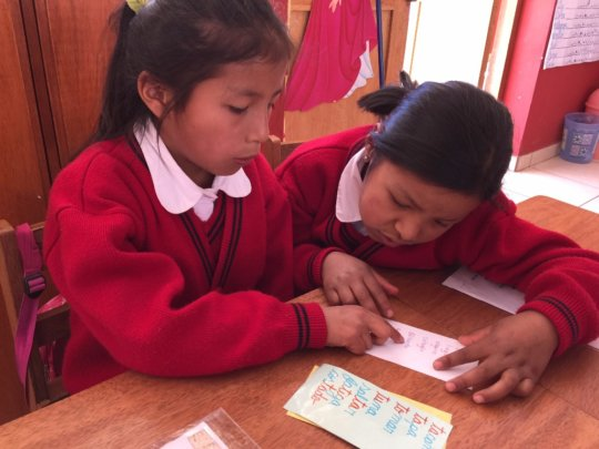 Quechua speakers help another learning Spanish