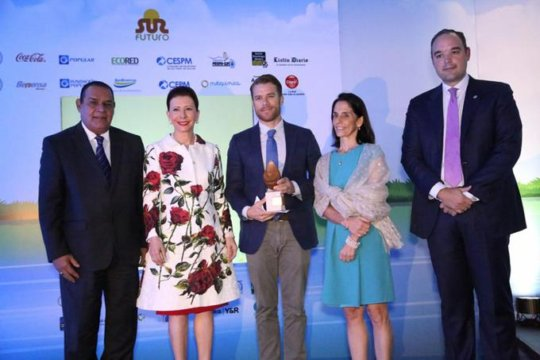 Mr. Jake Kheel receiving the Sur Futuro award