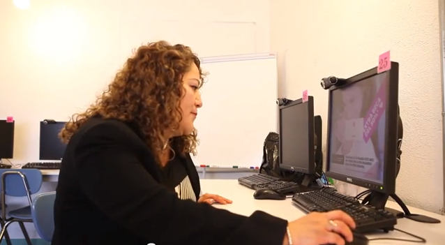 Rebeca using the computer