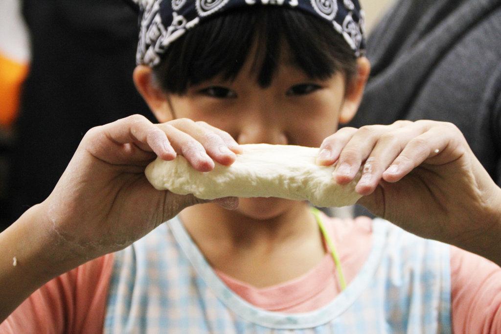 Making udon noodle together, helped by parents