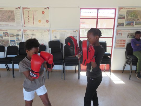 Boxgirls helping eachother during training time