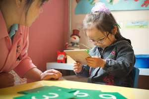 Yue Wei learns how to count by seeing and feeling