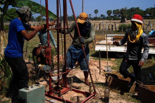 Semi-automated well drilling equipment