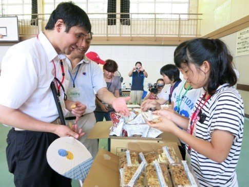 Junior-High School students handing out lunches
