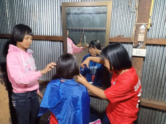 Need a hair cut? Refugee camp salon style