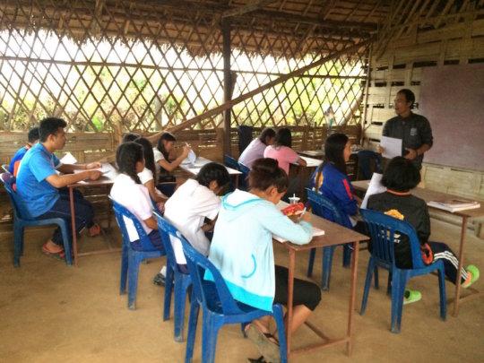 An English lesson at Koung Jor Shan refugee camp