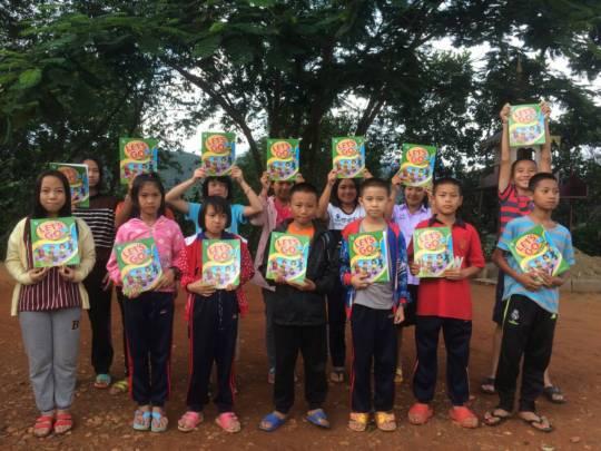 A class from Koung Jor receive their new textbooks