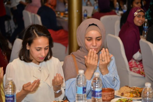 Valuable Girl sisters say grace before Iftar