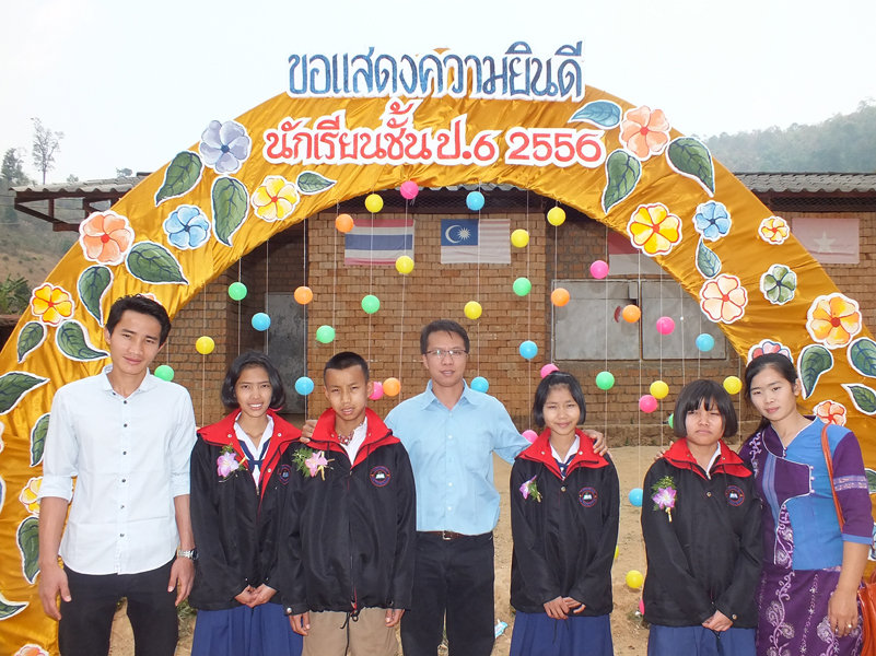Sai Oo and a few students who