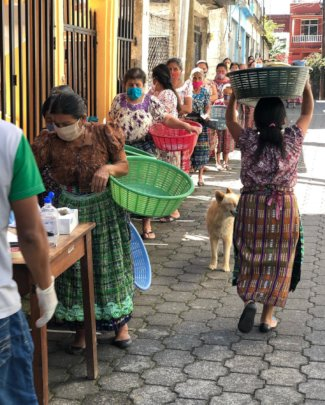 line-up for food in Pasajquim