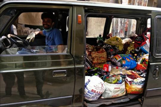 Volunteer delivering the Groceries