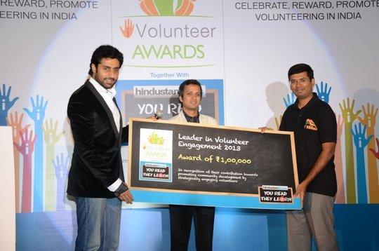 Dr. Prahalathan receiving the award