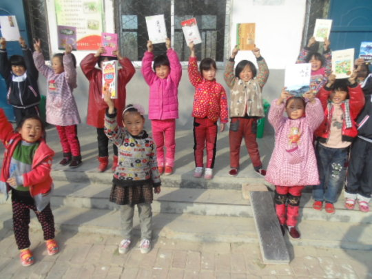 Chengzhuang students with their new books