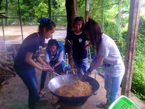 Students preparing lunch for HDS