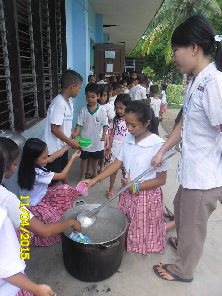 4th grade students serve lunch to classmates
