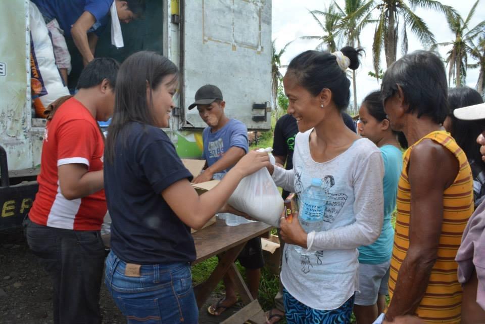 AAI-OWI-IPI relief team distributing food packs