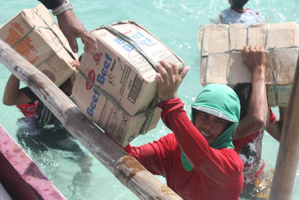 Villager on Baliguian island assist AAI volunteers