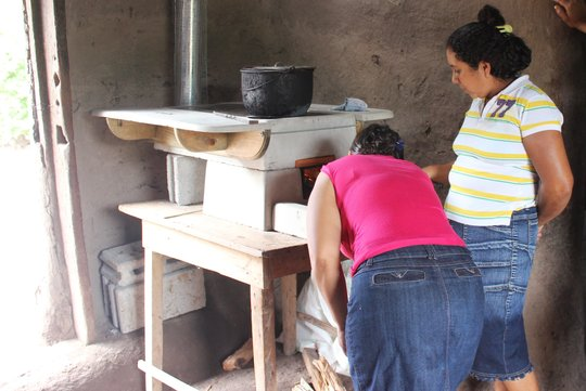 Women in El Balsamo reviewing improved cookstove