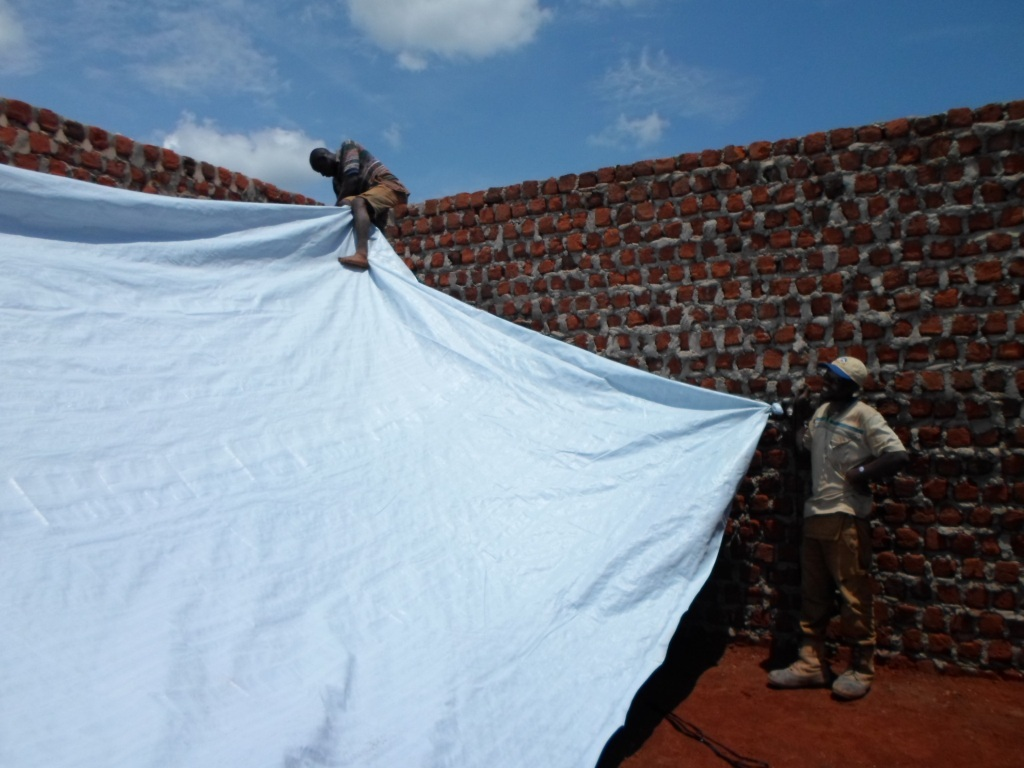 Putting up a provisional roof for the camp