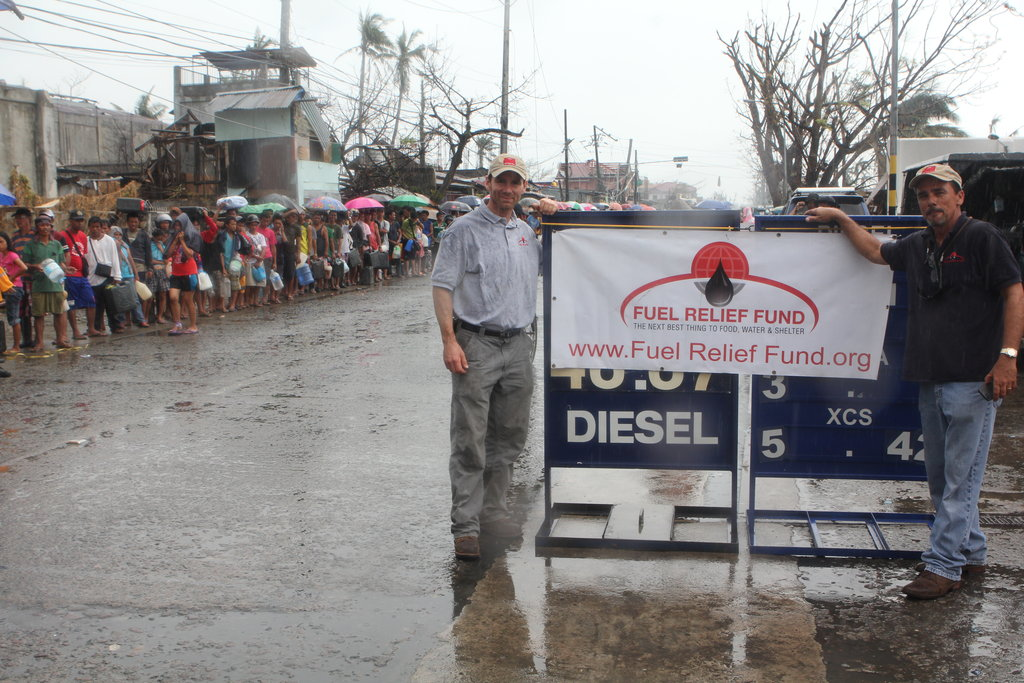 Line of citizens getting fuel in Tacloban City