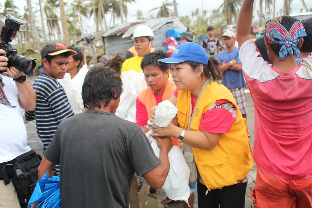 Civic Force distributing relief goods @ Alangalang
