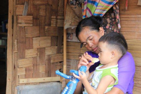A mother and her child at Koung Jor refugee camp