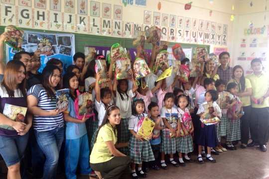 Globalgiving away books in Kasiglahan Vill. School