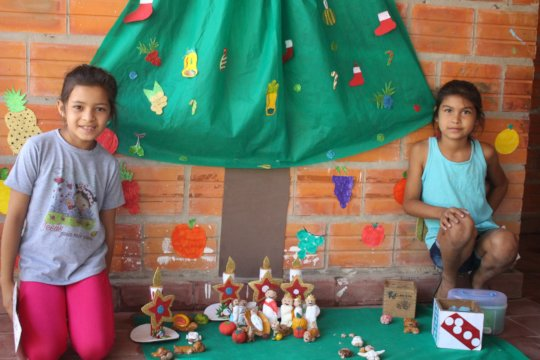 39/5000 the girls posing with their crafts