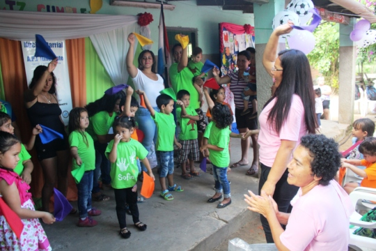 show with mothers and children knowing the colors