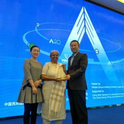 Parulben Receiving A20 Award For Child Rights