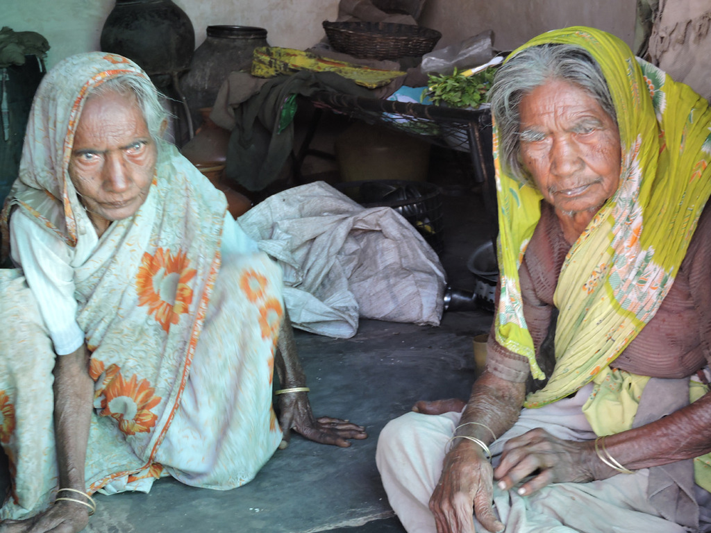 Image of: Begging Destituteelderlywomenarehomelessinindia Globalgiving Reports On Sponsor Food Groceries To Old Age People In India