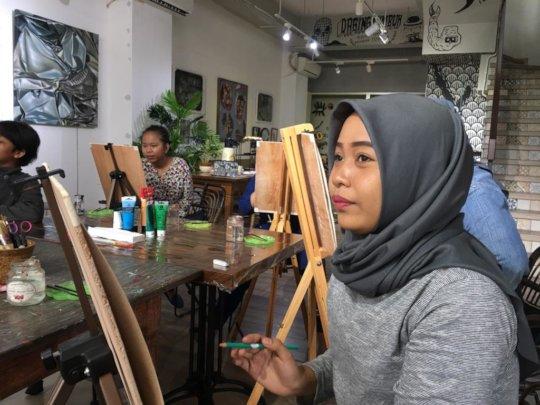 Fitriyah is taking an art class