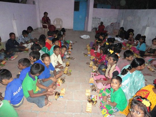 children eating snacks