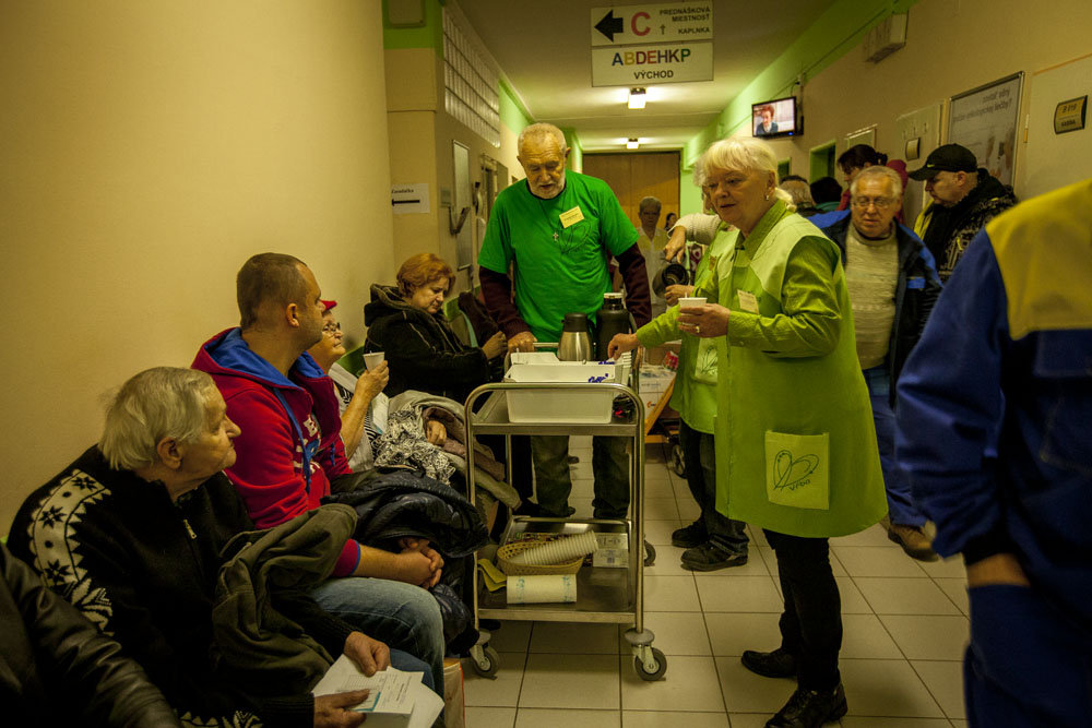 Distribution of hot drinks at the waiting rooms