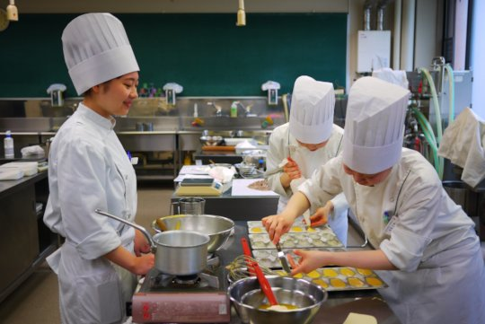 Sendai YMCA Pastry Students in Action!