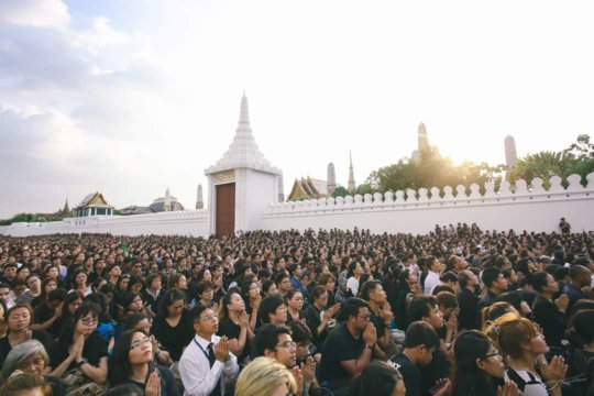 The Thai people wait outside Grand Palace