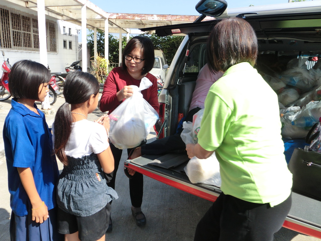 Giving Lifepacks to kids in Chalongkrung District