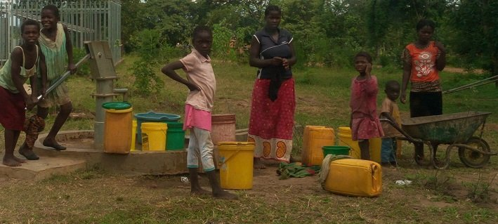 Collecting drinking water in Mnukwa