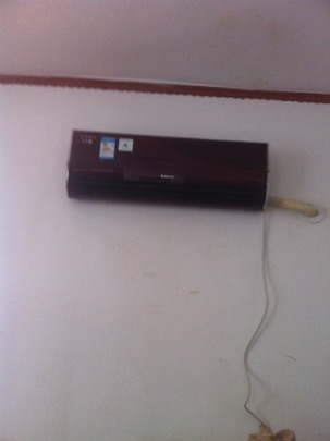 Air conditioner/heater supplied by solar power