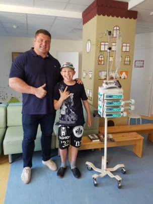 The strongest man in the world meets children