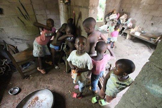 children grinding ground nut
