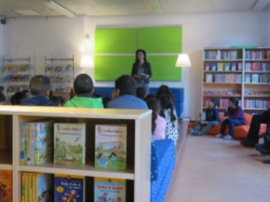 Kiziltepe reading to children at the library