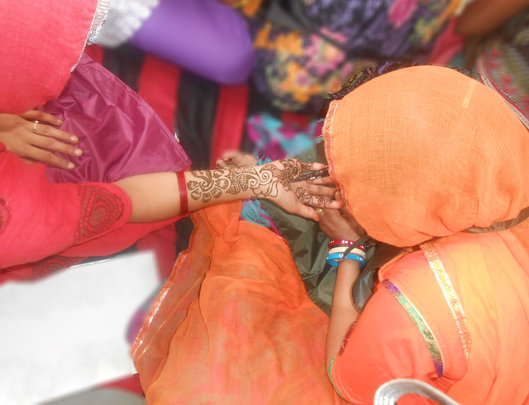 women learning Mehandi in Beauty parlor Training